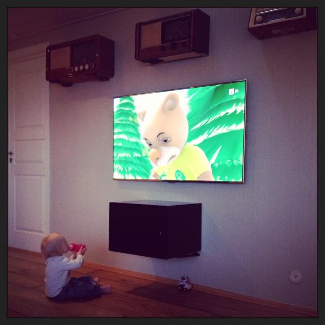 Om mammapolitiet ser dette; hun pleier ikke sitte så nært tv altså.